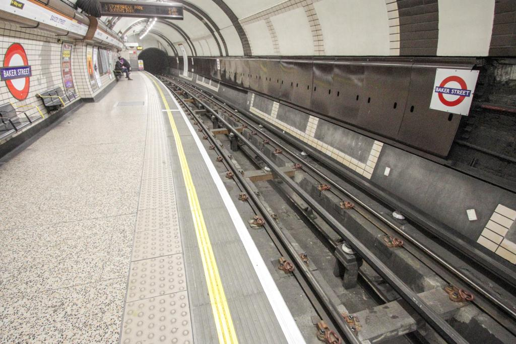 IMG 9613 - Rare mixed tube track at Baker St #2